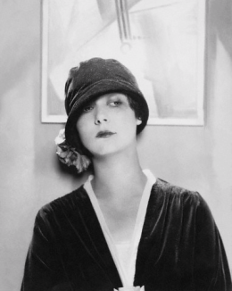 edward-steichen-model-wearing-velvet-cloche-by-reboux-1925